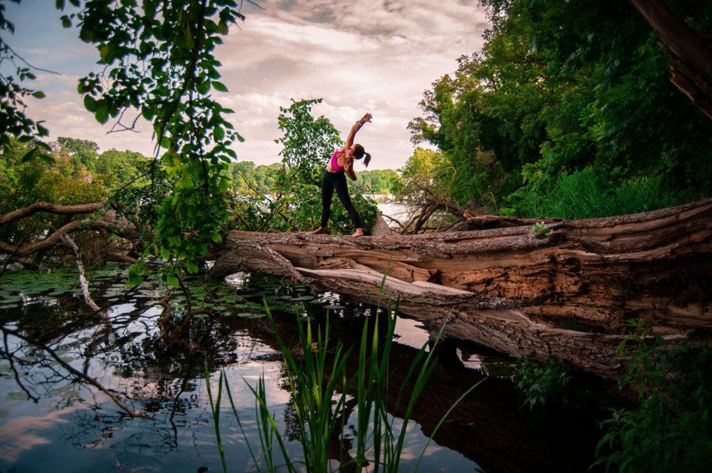 Yoga stehend auf einem Baum